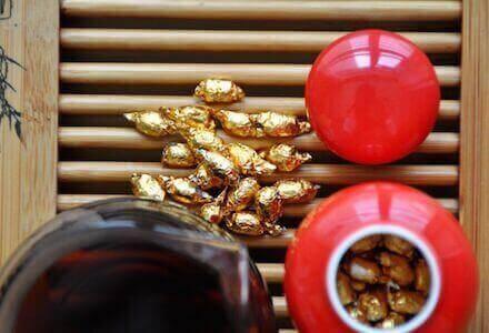 Свертки чая пуэра и красная кружка