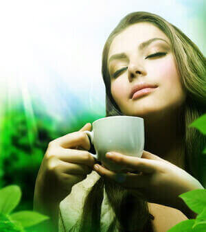 Девушка в наслаждение чая