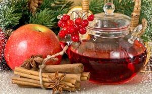 Чайник с шиповником, корицей и яблоком