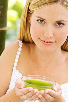 Девушка с кружкой чая
