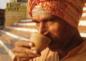 Индус пьет чай Масала
