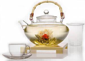 Стеклянный заварочный чайник и кружки