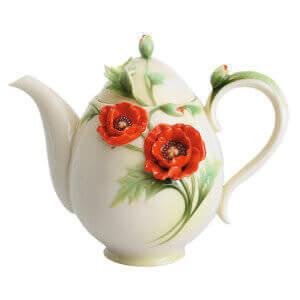 Фарфоровый чайник с цветком