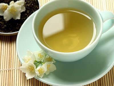 Кружка с желтым чаем