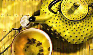 Заваренный желтый чай