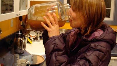 Девушка с банкой чайного гриба