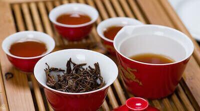 Кружки с китайским красным чаем