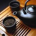 Черный чай в чайнике
