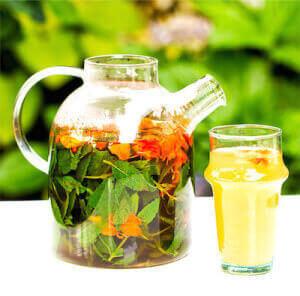 Кувшин с травяным чаем