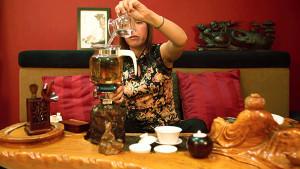 Приготовление Пуэра в стеклянном чайнике на открытом огне