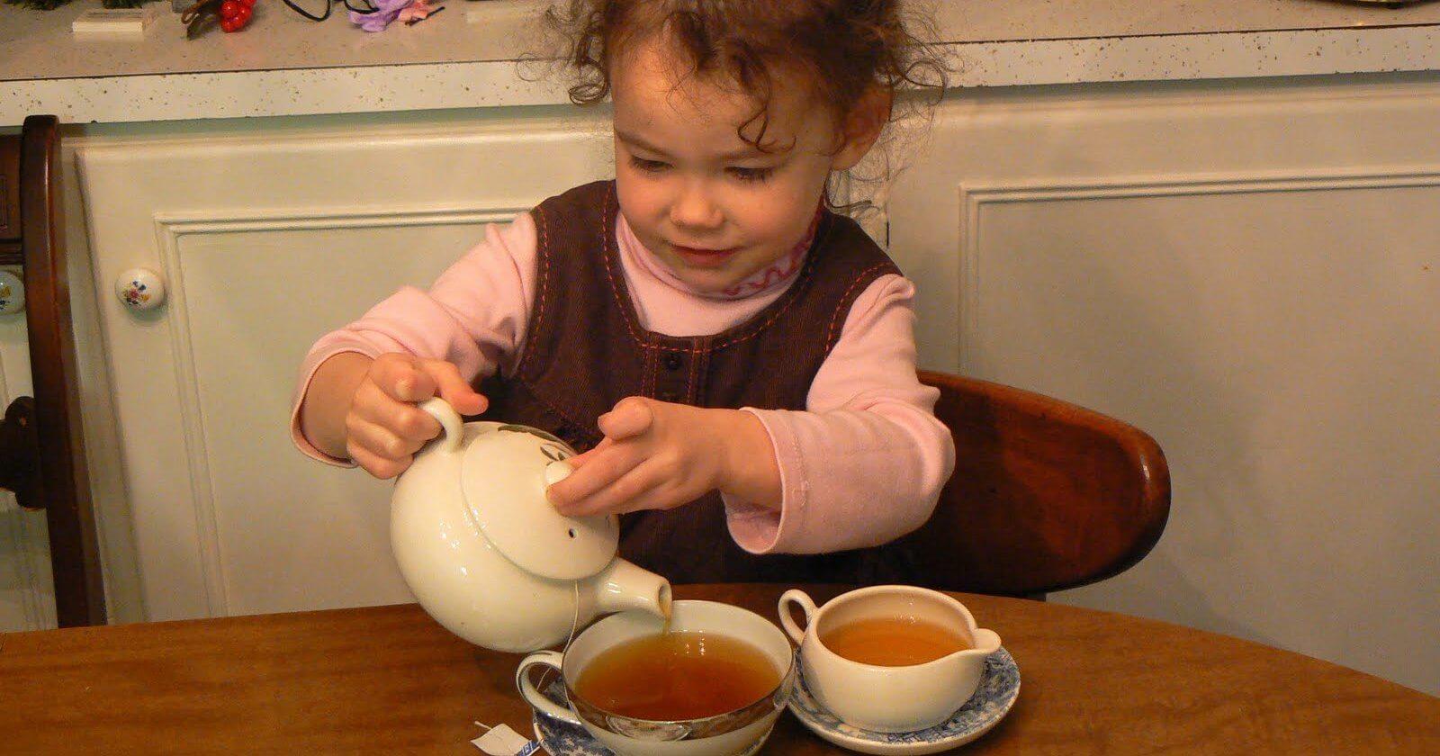 Ребенок наливает чай
